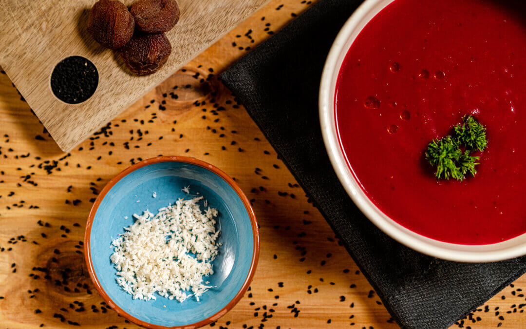 Rote Bete Suppe mit Aprikosen und frischem Meerrettich