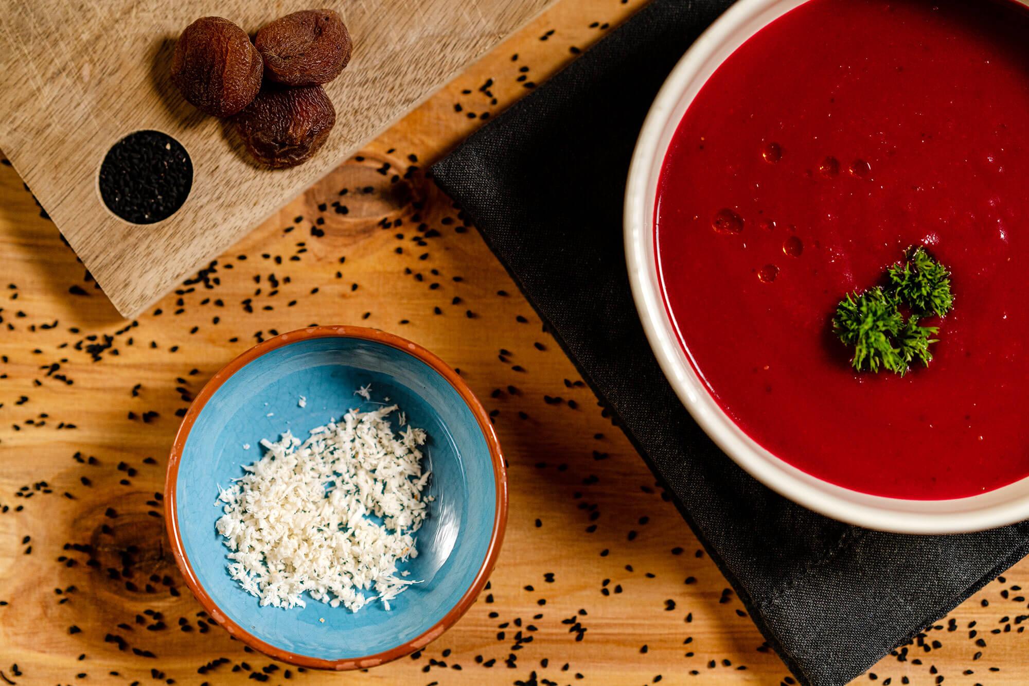 Rote Bete Suppe mit Aprikosen, Ingwer, Meerrettich und Creme Fraiche